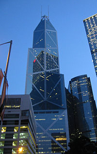 Tháp Bank of China lúc hoàng hôn.