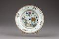 Blommig porslinstallrik gjord i Kina på 1700-talet - Hallwylska museet - 96078.tif