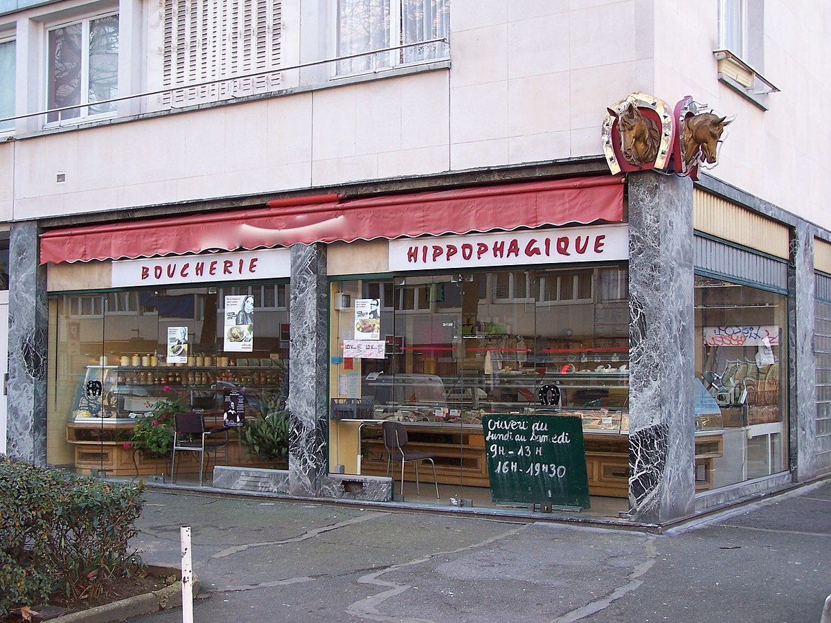 devanture d'un magasin dont l'enseigne indique «Boucherie hippophagique»