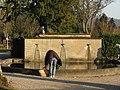 Brunnen mit Graureiher auf dem Hauptfriedhof in Freiburg.jpg