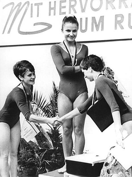 File:Bundesarchiv Bild 183-G0707-0012-001, Halle, DDR-Meisterschaften im Frauenturnen.jpg