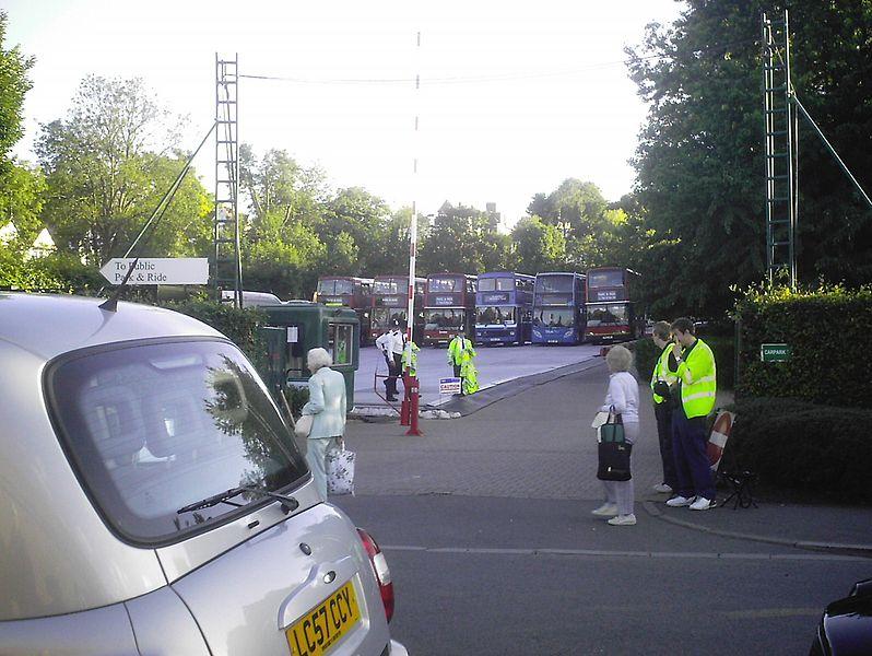 File:Buses at Wimbledon.JPG