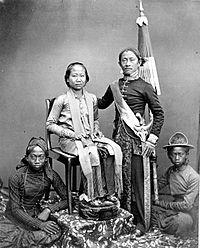 COLLECTIE TROPENMUSEUM Djaksa een officier van justitie uit Bandoeng met vrouw en bedienden. TMnr 60002263.jpg