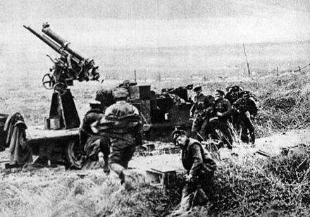 "A Canadian anti-aircraft unit of 1918 ""taking post"" Canadian 1918 antiaircraft team.jpg"