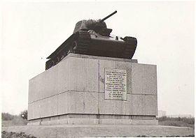 Chelyabinsk kolkhoznik tank monument 1.JPG