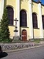 Chlumec (UL), kostel svatého Havla (09), boční vchod a kříž.jpg