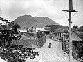 Collectie NMvWereldculturen, TM-10021229, Negatief 'Straatgezicht in Oranjestad met op de achtergrond een vulkaan', fotograaf niet bekend, voor 1940.jpg