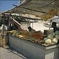 Collectie Nationaal Museum van Wereldculturen TM-20029772 Verkoop van fruit en groenten op de markt van Venezolaanse schepen aan de De Ruyterkade Curacao Boy Lawson (Fotograaf).jpg