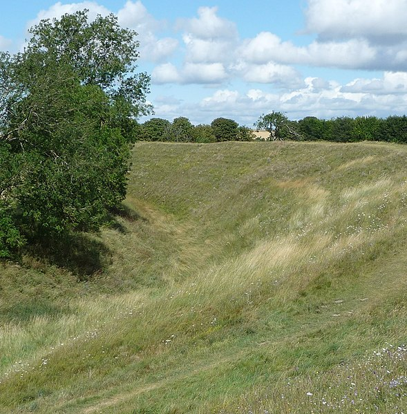 File:Constructed around 2600 BC, during the 'New Stone Age', Avebury comprises a large henge that is, a bank and a ditch. - panoramio.jpg