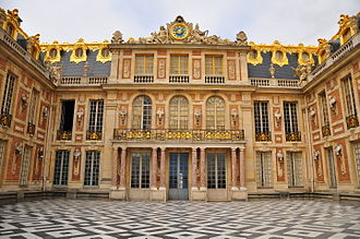 Appartement du roi - Marble Court facade with the King's Bedchamber opening onto the balcony supported by eight red marble columns