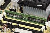 Foto van RAM-geheugen aangesloten op het moederbord van een computer.