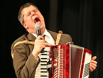 Daniel Handler - Handler playing and singing at a reading of The End in 2006.