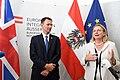 Der britische Außenminister Jeremy Hunt zum Gespräch bei Außenministerin Karin Kneissl (41980347080).jpg