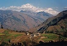 Petit village dans un paysage de haute montagne.