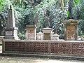 Diverse graven (Prins, De Eerens) op Makam Belanda, Bogor.jpg
