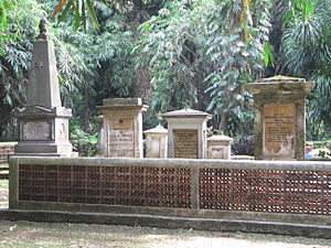 Dominique Jacques de Eerens - Grave of De Eerens (second from the left) in Bogor in 2013