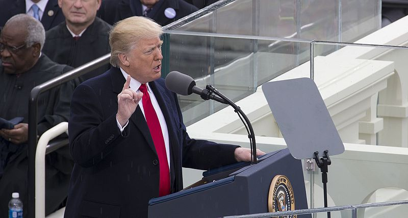 Bestand:Donald Trump delivering inauguration speech 01-20-17 (cropped).jpg