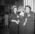 Drie vrouwen op een feest in een van de modehuizen, Bestanddeelnr 254-0169.jpg