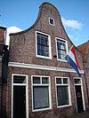foto van Huis met klokgevel, en goede schuiframen boven een gewijzigde pui
