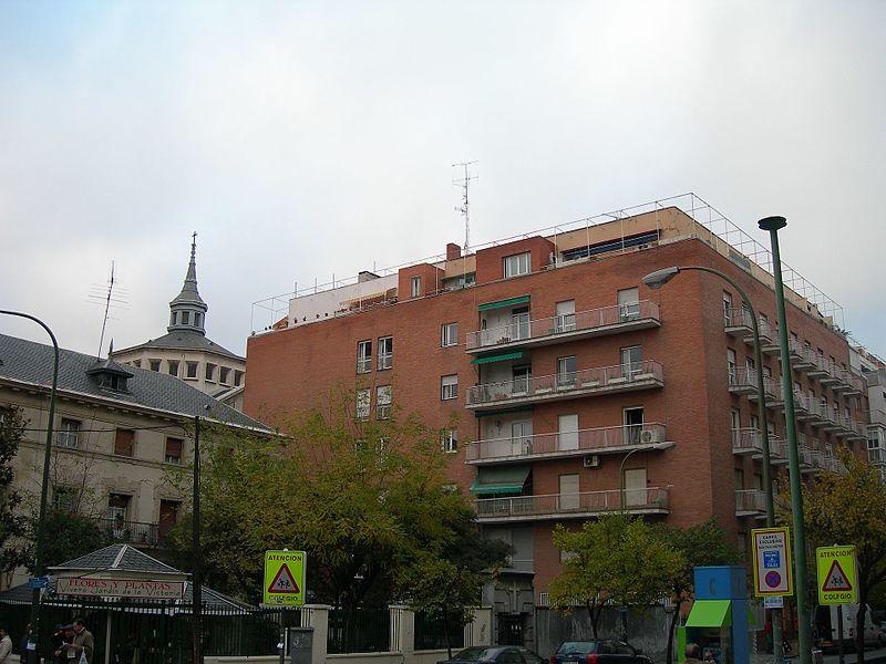 File:Edificio de viviendas en Fernando el Católico, 47, Madrid (1949).jpg