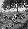 Een sectie militairen met tijdens een rustpauze Hoe een sectie op patrouille…, Bestanddeelnr 15856.jpg