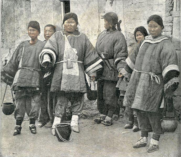 Hình:EineGruppe des schonenGeschlechts ausDeutsh-ChinaTsingtao.jpg