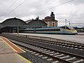Elektrická jednotka 680, Praha hlavní nádraží, s budovou.jpg