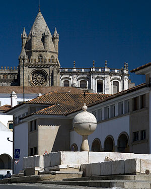 Evora_Sé-and-fountain-largo-das-portas-de-moura