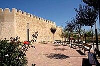 Fachada y jardín del Castillo de Caudete.jpg