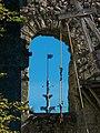 Flêche du château de Langeais vue à travers une fenêtre du donjon.jpg