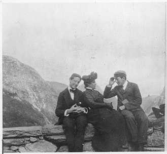 Franklin D. Roosevelt - Roosevelt with Miss Mosenthal and Theodore Douglas Robinson during the travel around Norway in 1901 (Stalheim at Voss)
