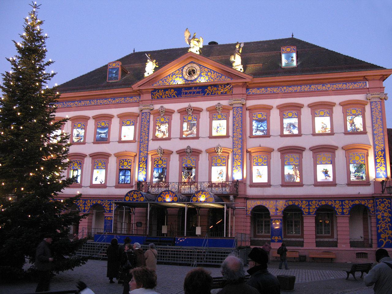 datei:gengenbacher rathaus als adventskalenderhaus – wikipedia