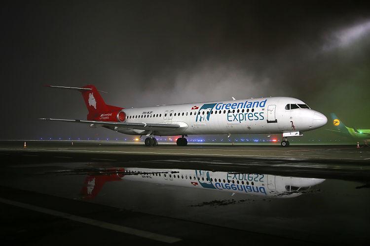 Fokker 100 авиакомпании Greenland Express в международном аэропорту Львова