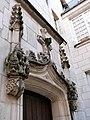 Hôtel Binet, cour interieure, porte en anse de panier surmontée d'une accolade garnie de crochets et encadrée de pinacles.jpg