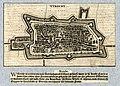 HUA-212024-Plattegrond van de stad Utrecht met het stratenplan en gestileerde weergave van de bebouwing in opstand Onder de plattegrond een gedrukte vierregelige.jpg