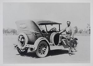 Harold Snell (Darwin businessman) - Harold Edward George Snell with his automobile