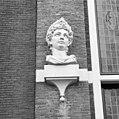 Huis met de Hoofden, hoofd naast ingangspartij rechter zijde - Amsterdam - 20018055 - RCE.jpg