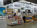 IMG 1552 Winkels op perron Shinkansen Kyoto.JPG