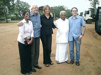 Johan Galtung (2.v.l.) mit dem singhalesischen Friedensaktivisten A. T. Ariyaratne (2.v.r.) in Kilinochchi, Sri Lanka (Dez.04/Jan.05)