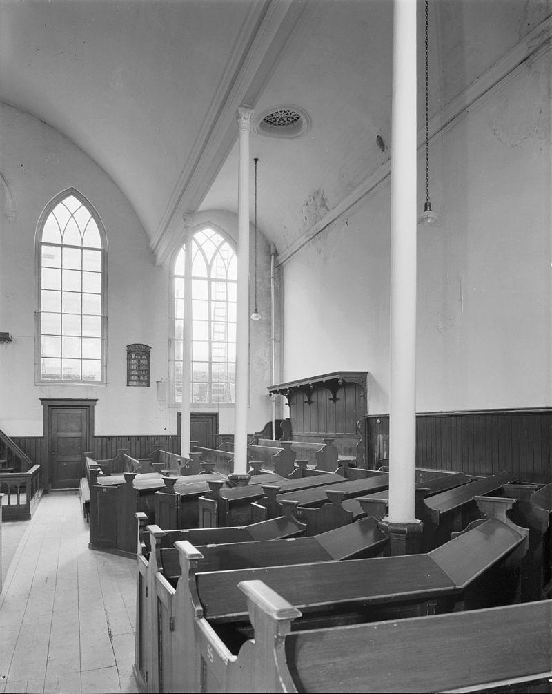 Kerkgebouw lijstgevel met twee tympanen in leiden for Interieur leiden