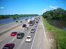 El agua de la inundación está a ambos lados de una autopista muy transitada.