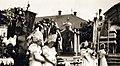 Jézus Szíve búcsú, Mária-lányok matyó népviseletben a plébánia épülete és a Szent László-templom előtt. Fortepan 100084.jpg
