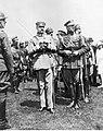 Józef Piłsudski wśród oficerów i żołnierzy (22-520).jpg