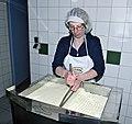 Joehrerhof Schafkaeseproduktion Schneiden der Dickete 13062014 680.jpg