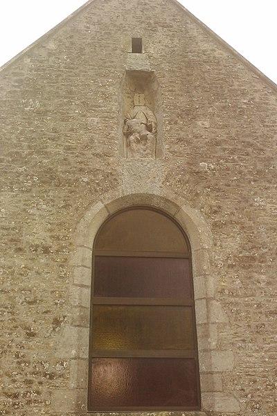 Église Saint-Vigor de fr:Joganville Une statue mutilé représentant un sujet assis tenant dans ces bras un enfant.