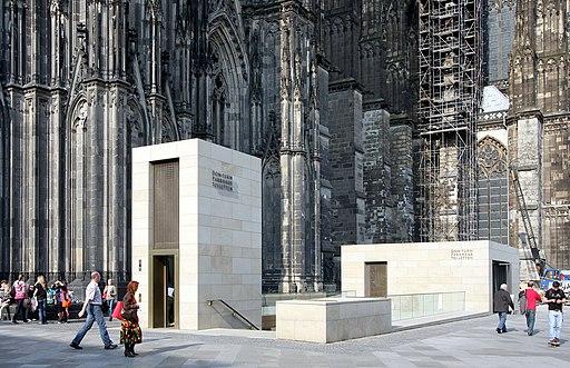 Kölner Dom - Eingang zum Südturm auf der Domplatte (0479)