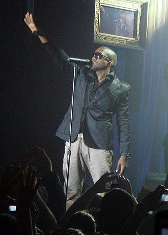 Hip hop fashion - Kanye West performing in 2006 wearing a fitted sportcoat