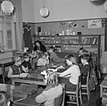 Kinderen aan tafel in een schoolkas, Bestanddeelnr 252-8962.jpg