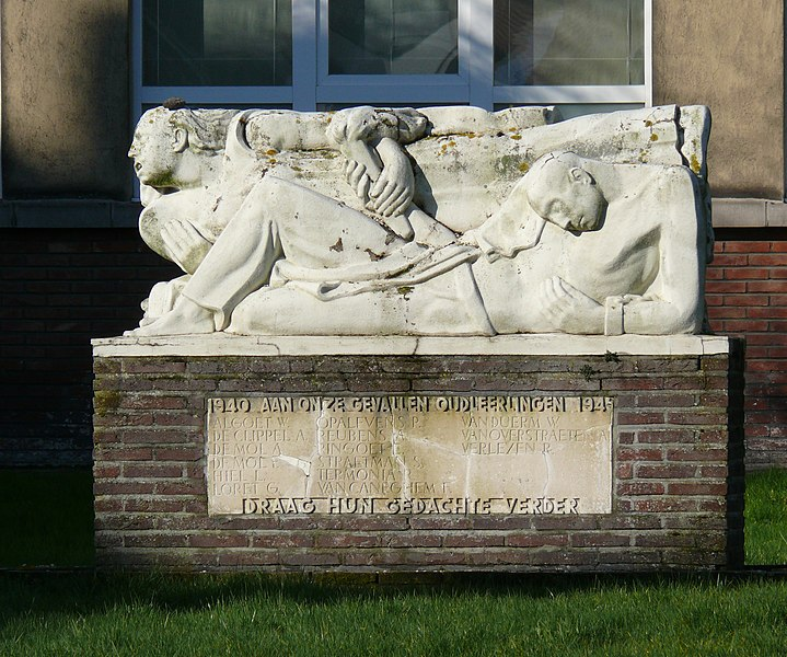 Memorial for the former pupils of the Koninklijk Atheneum (Royal Atheneum) of Dendermonde, who died during the Second World War. The Atheneum is a school for secondary education.