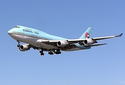 Korean Air B747-400 final approach at London Heathrow Airport.jpg